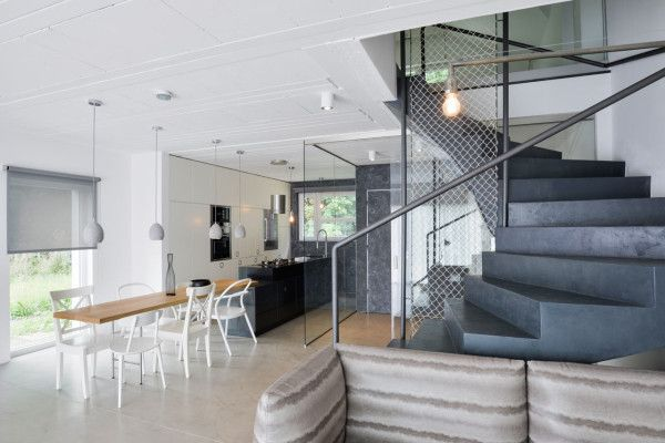 The dominant staircase is covered in an anthracite screed with a dividerthat is made of cotton netting.