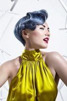 Kurzer Pixie mit kunstvoller Haartolle in Weissblond mit Blaustich
