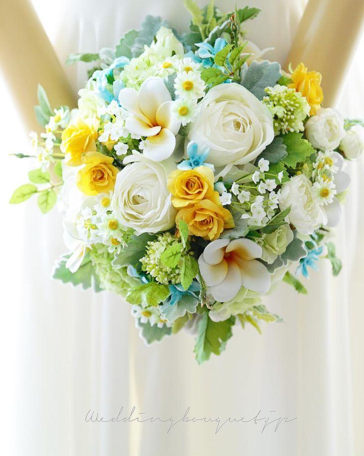 . . 明るい太陽の大阪の朝です(*^^*) . はっきり濃いめのイエローローズ ブーケの中に挿し入れて メリハリのある、元気な作品になりました。 . マトリカリアの黄色と、プルメリアの黄色とともに、ライトグリーンのお花や葉っぱと絡み合って、全体に明るさのベールがかかったようです。 、 海外挙式の花嫁様にお届けしました(*^^*) . . #weddingbouquet #wedding #bouquet #クラッチブーケ #ウェディングブーケ #ウエディングブーケ #海外挙式 #ロケーションフォト #プルメリア #ハワイ挙式