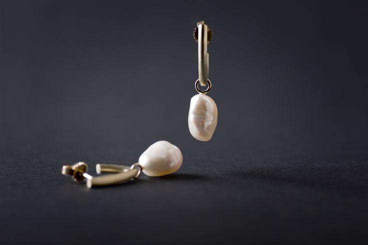 Atelier Clint - Geelgouden oorhangers met witte barok parels