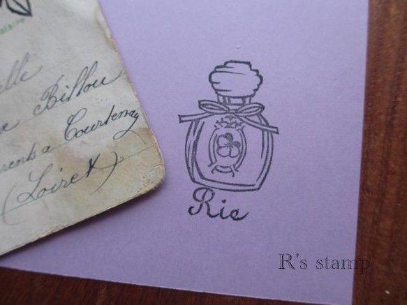 ご覧戴きありがとうございます。クラシックな香水瓶、ラベルにはパンジーの花。下にご希望のお名前をアルファベット5文字まででお彫りします。はんこ印面のサイズは縦3...|ハンドメイド、手作り、手仕事品の通販・販売・購入ならCreema。
