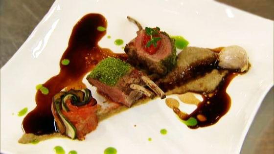 Lamskroontje met kaviaar van aubergine, een Provençaalse bloempje, gekonfijte rode paprika met een jus van tijm en rozemarijn