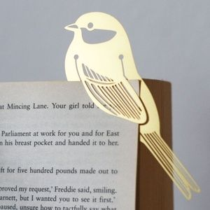 Para ese libro que llevas, un pajarito de metal como separador de hojas.