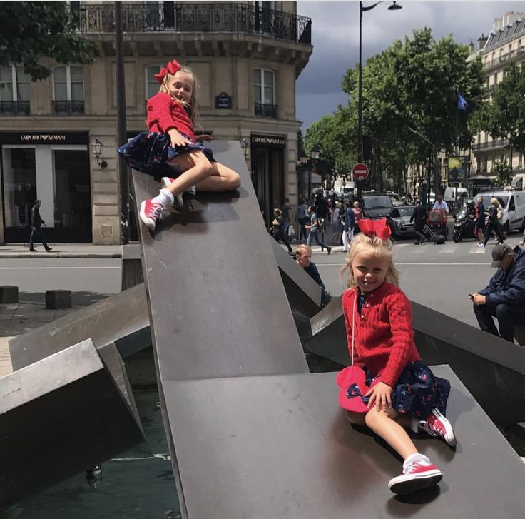 Post from Xenia: Oakley, this is for you. Happy 12th Birthday @olivia_debbs. We think of you every day, and especially on this day when Oakley would have turned 12. He was with us in Paris and we wore our red @converse #chucks to show our support for @redsneakersforoakley. #red #converse #foodallergies #anaphylaxis #savinglives #livlikeoaks #followtherainbow @robertdebbs @vsos_oas 🌈 👟 🎒