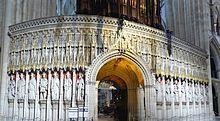 Catedral de York. Estilo gótico. La amplia nave y sala capitular es de estilo gótico inglés decorado, el coro es de estilo gótico perpendicular y un transepto de estilo gótico primitivo inglés. En la nave se encuentra la vidriera the West Window, construida en 1338 y sobre la capilla de la Virgen (Lady Chapel) en el este, se encuentra la Great East Window, terminada en 1408. Edificio de grandes dimensiones que constituye la segunda catedral gótica más grande del norte de Europa
