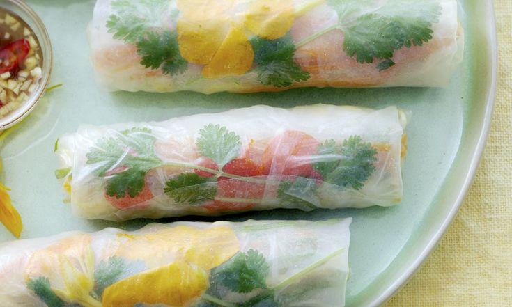 Ze zijn gezond, licht én supersnel gemaakt! Deze Vietnamese springrolls (kleine loempiaatjes) gaan er wel in! Nodig voor de springrolls 4 eieren 2 el olie 1 winterpeen 1 plak mihoen (ca. 100 g) 6 bosuitjes 100 g taugé handje koriander scheutje lichte zoute soja (bijv. kikoman) ± 20 gedroogde rijstvelletjes (toko of Albert Heijn) voor…