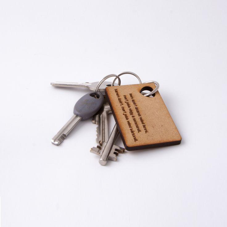 Gravírozott fa kulcstartó