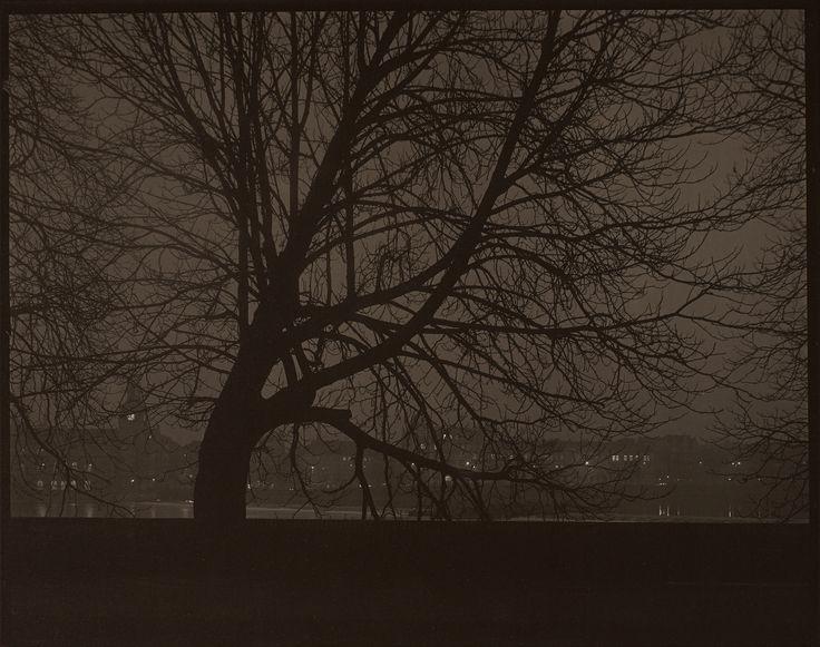 Praga di notte, 1950. - (Josef Sudek, Eredi di Josef Sudek/Museo delle belle…