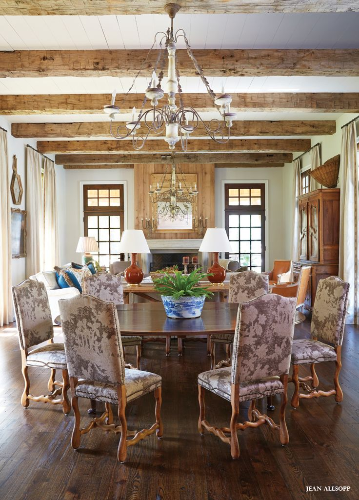 Casa no Lago Guntersville, Alabama, USA. Uma paleta de cores muito agradável: creme, branco, cinza e azul-esverdeado.  Fotografia: