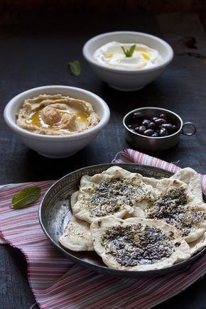 LABNEH, HUMUS Y PAN BASH MANKOUSH CON ZATAAR. | Sweet And Sour