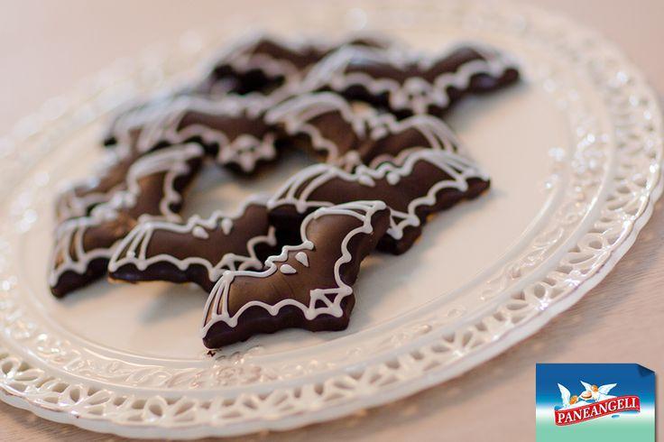 Biscotti di Halloween alle nocciole con glassa al cacao a forma di pipistrello