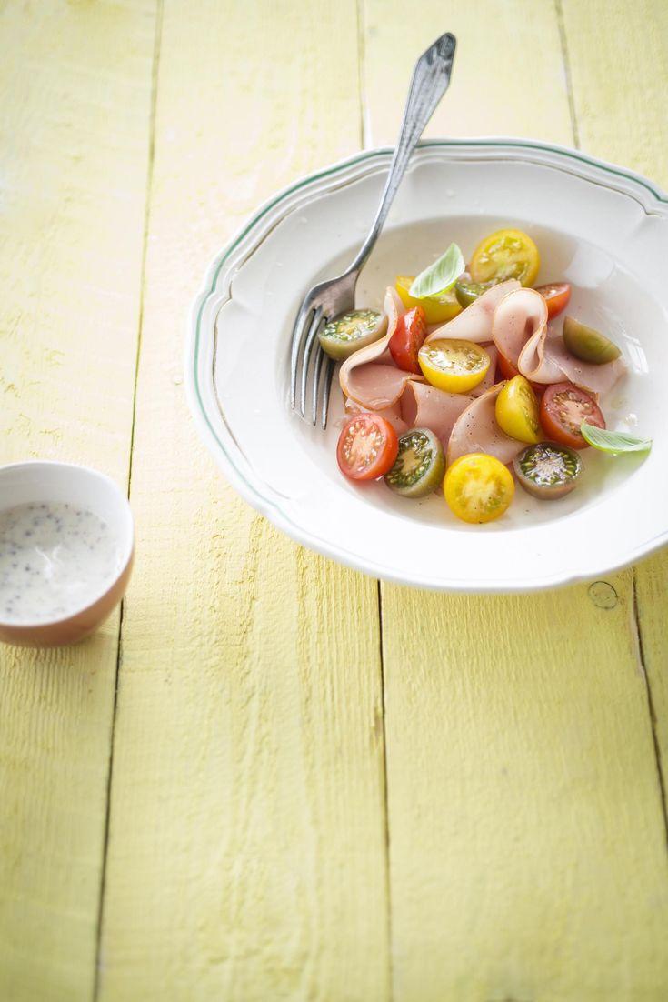 Recept tricolore van tomaat met gerookte kalkoen en griekse yoghurt