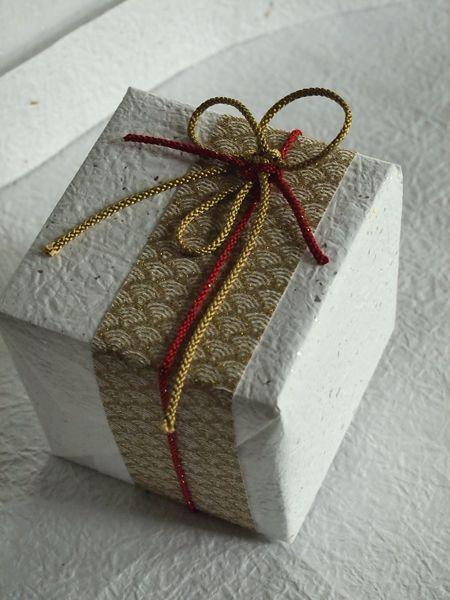 記念のご贈答などには華やかに和紙でお包しております。