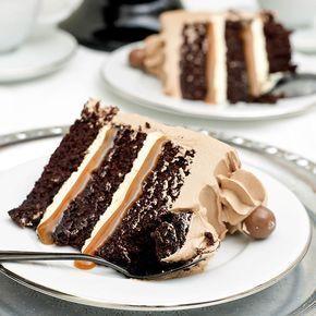 Mumsig chokladtårta med salt kolasås & marshmallowfyllning.