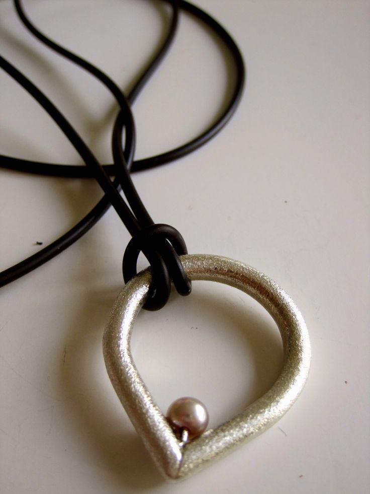 Elevarbejde  Sølv, perle og læder Merete Hebbelstrup