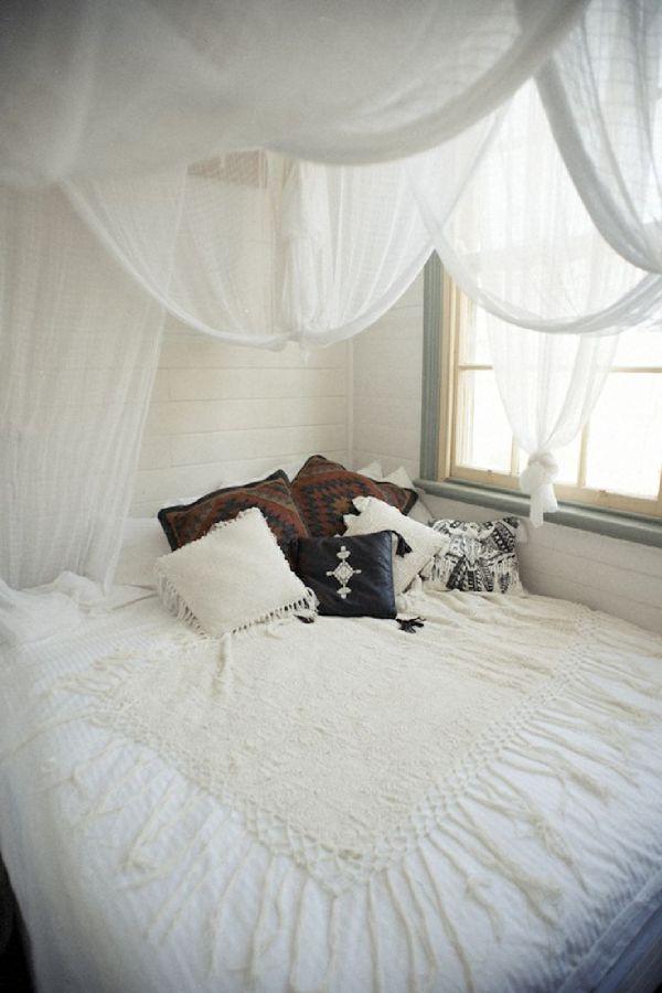 id es d co un ciel de lit pour une chambre boh me et. Black Bedroom Furniture Sets. Home Design Ideas