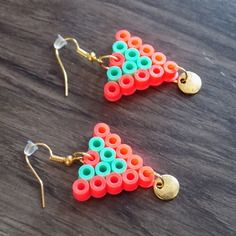 Petite  boucle d'oreille triangle perle hama rose/vert et perle doré