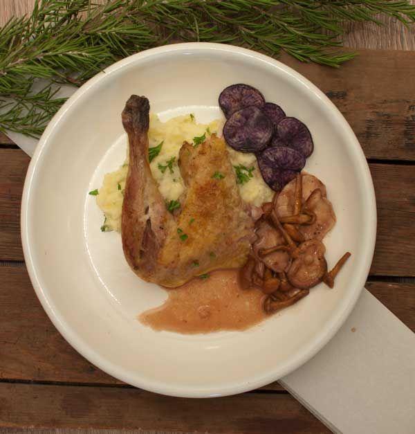 Deze parelhoen met truffelpuree en portsaus is een topcombinatie. Verras je geliefde of serveer tijdens het kerstdiner. Een gerecht voor genieters.