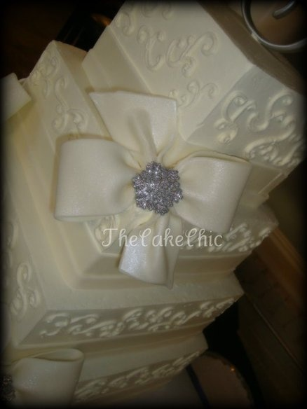 wedding cake with bows and bling 30 best images about bling wedding cakes on 26837