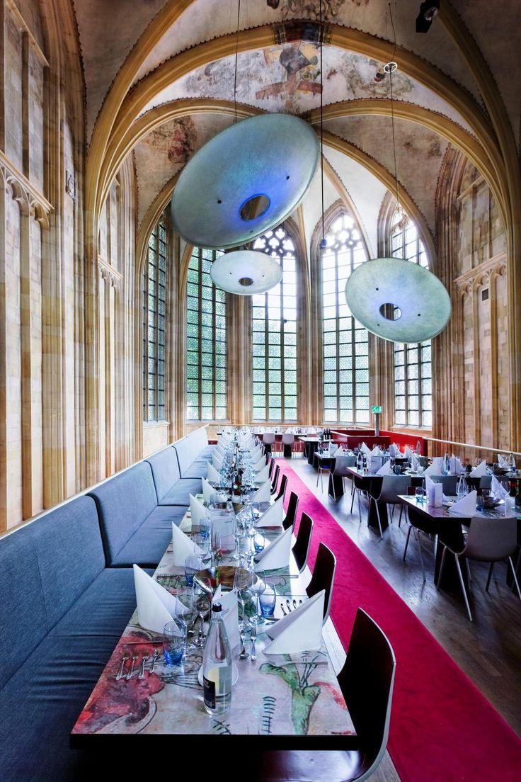 De glas-in-lood ramen van het voormalige kerkkoor van het @kruisherenhotel zorgen voor een betoverend licht #Entresol