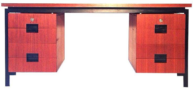 """<p><span style=""""font-family: Arial; font-size: 12px; font-style: normal;"""">Bureau japonais en bois et métal par Cees BRAAKMAN datant des 60. Structure en bois avec 8 tiroirs. Possibilté de verrouiller les tiroirs. Piètement en métal laqué noir. Edition UMS PASTOE.</span></p>"""