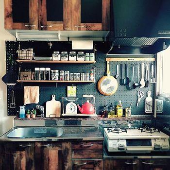 壁一面に有孔ボードを使ったタイプ。賃貸でも、有孔ボードを使うと驚くほど素敵に雰囲気を変えることができます。使う出番が多いコンロの前に、キッチンツール掛けを設置すれば、お料理の効率もアップするはず。