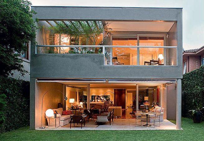 Perto de São Paulo e cercada pela vegetação, a casa de 220 m² é o plano de vida concretizado de um casal. A fachada foi feita de módulos de madeira e paredes de vidro. Projeto criado pela arquiteta Cristina Xavier e executado pela Ita Construtora