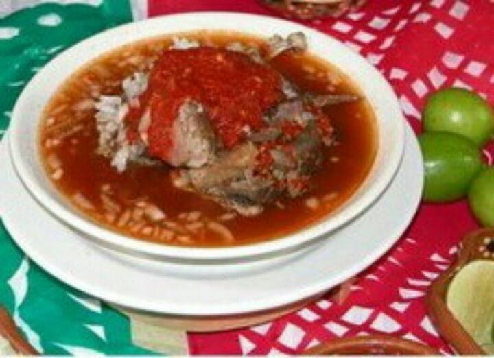Birria estilo Jalisco....platillo distintivo de mi tierra y, no es por nada pero deliciosa como ninguna. A toda mi familia nos encanta y a mi madre le sale esquisita con pollo  BIRRIAESTILO JALISCO  2 kg. de carne de chivo 1 1/2 Kg. de Jitomate 1 cabeza de ajo 20 grs. de ajonjolí tostado 1 cebolla grande 6 pimientas gordas 4 clavos de olor 4 hojas de Laurel 1/2 cucharada sopera de comino 1/2 cucharadita de canela 1 camote pequeño de jengibre 4 dientes de ajo grandes 1 cuchara sopera de…