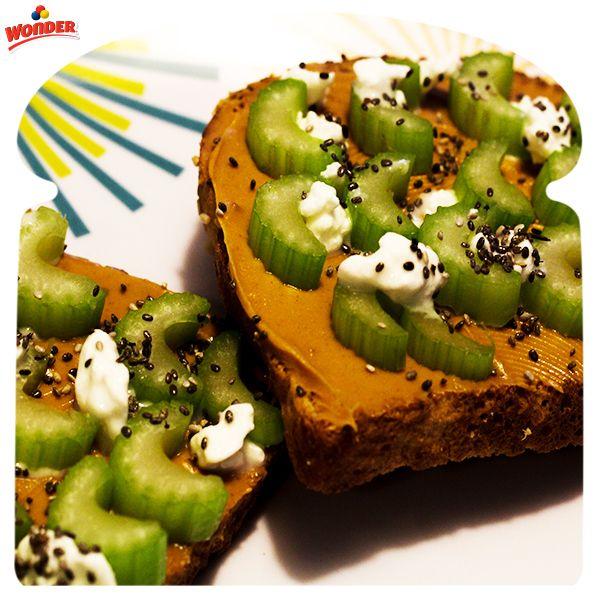 Pan tostado con crema de mani, apio y queso cottage. #DiferenteEsMejor #Wonder #WonderMéxico #Sandwich #Bread
