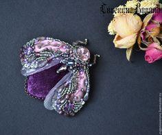 Купить Брошь Аметистовый жук, с цирконами и шелковой лентой Шибори - фиолетовый, фиолетово-серый