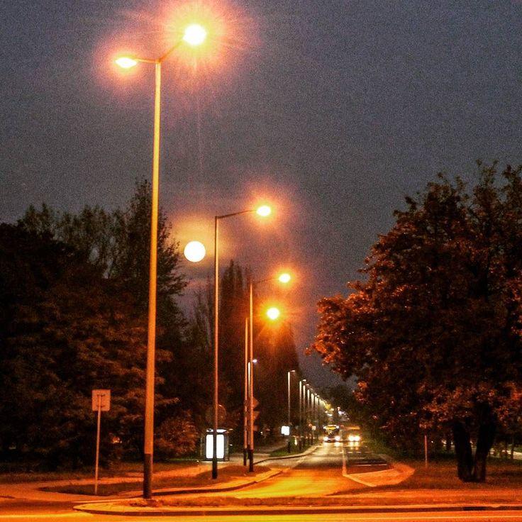 Znajdź niepasujący element. #nowahuta #lights #citylight #moonlight #night #noc #miastonocą #igerskrakow #instaphoto