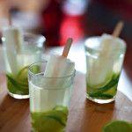 Em matéria de drinks, nada mais brasileiro do que a boa e velha caipirinha. Agora, em nova versão: com água de coco e acompanhada de um refrescante picolé de limão. Anotem a receita! Rendimento: 1 drinque Tempo de preparo: 3 minutos Ingredientes 20 ml...