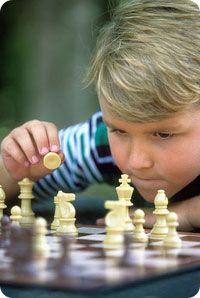 Criança jogando Xadrez são beneficiadas . O cérebro é um músculo , se usado desenvolve mais , caso contrário, atrofia ...