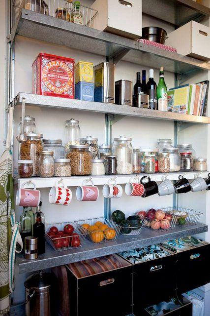 Som en kökets walk in closet är vi nog många som när en dröm om ett rymligt skafferi i anslutning till köket. Det vilar en romantisk känsla över att kunna organisera vackra kakburkar, tesorter, vitlöksflätor och kanske till och med egen saft och sylt bakom en vacker gammal dörr. Här är 20 välorganiserade skafferier att drömma lite extra om.