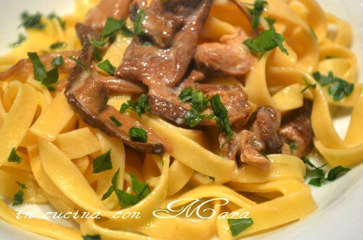 Le tagliatelle con funghi porcini secchi sono un primo piatto gustosissimo che si prepara in poco tempo e con pochi ingredienti, ma saporiti.