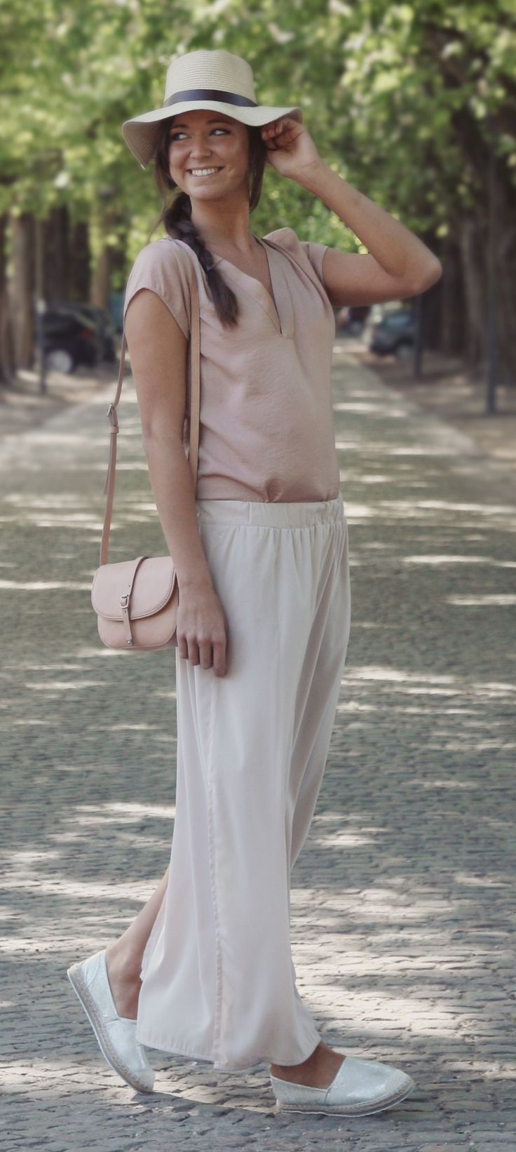 Elegante, romantische look met lange rok en zilveren espadrilles | Marco Tozzi | Brantano