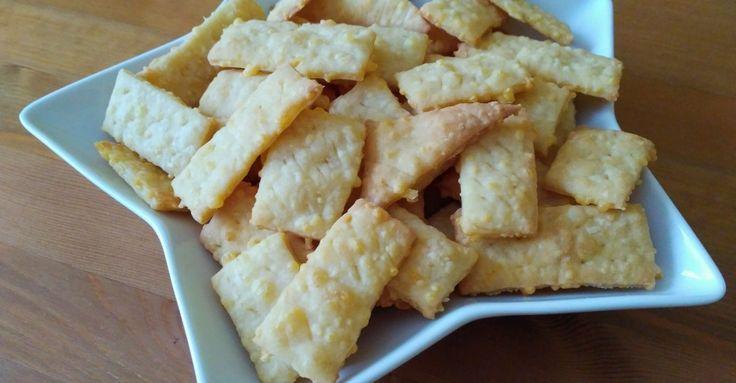 Recept na Sýrové krekry z kategorie snadno a rychle, pro začátečníky:  100 g másla, 100 g hladké mouky, 100 g nastrouhaného sýru, 1 vejce, Trochu sol...