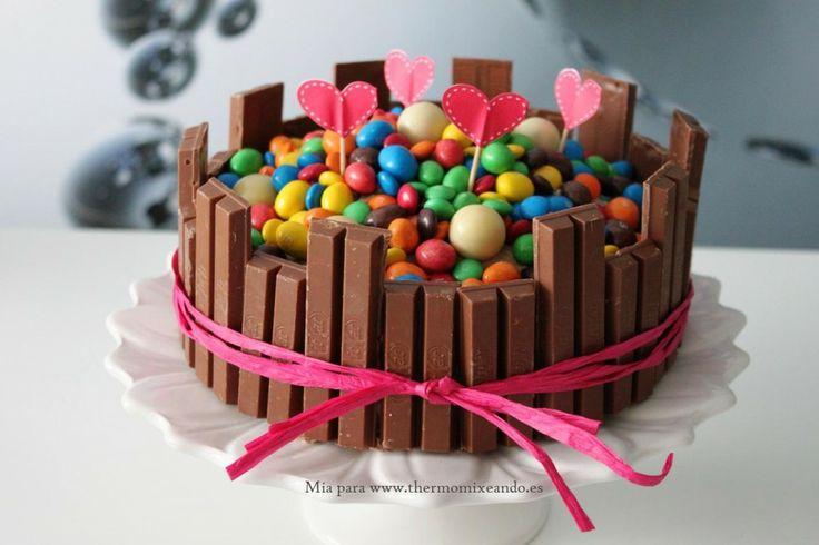 Tarta de chocolate con decoración infantil