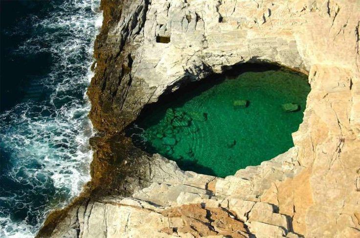 Vara ne poartă gândurile spre cele mai însorite destinații de vacanță unde ne putem bucura de zilele libere. Dacă tot a venit vara, Omofon îți prezintă 12 piscine naturale spectaculoase.