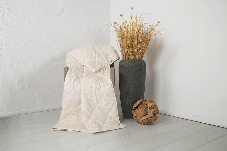 """Die Lyocell-Leicht-Bettdecke """"Lyovita"""" ist mit 100% Lycocell/Tencel gefüllt. Diese temperaturausgleichende Faser schafft ein ideales, angenehmes Schlafklima - perfekt für Menschen, die stark schwitzen. Eine luftig, leichte Bettdecke der Wärmeklasse 2, die nur eine geringe Wärmeleistung hat und besonders feuchtigkeitsregulierend wirkt. Zudem kann die Decke gewaschen und im Trockner getrocknet werden."""