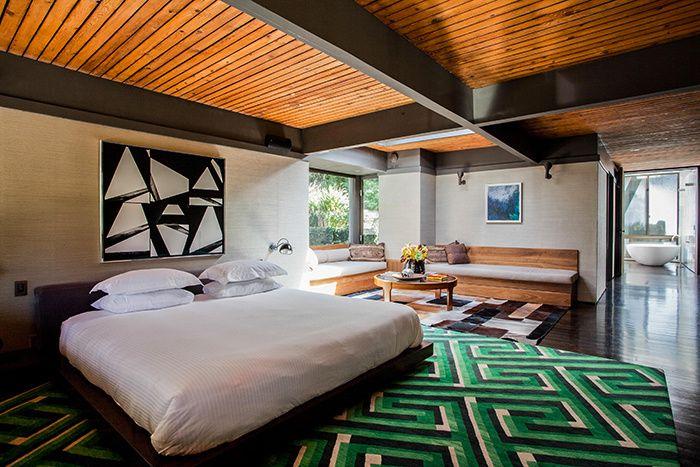 Nichée sur les collines d'Hollywood, cette villa moderniste invite à une douceur de vivre.