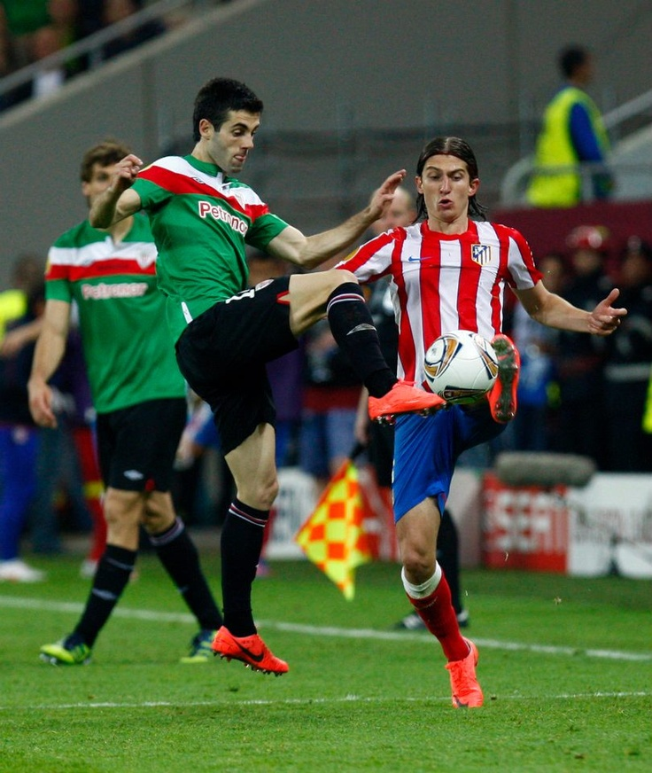Filipe fights for the ball.