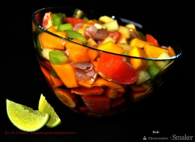 Sałatka owocowa z sosem rumowym