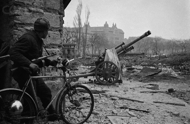 Red Army Soldier With Bicycle In Budapest Yk001602 Rights Managed Stock Photo Corbis 2eme Guerre Mondiale Guerre Mondiale Guerres