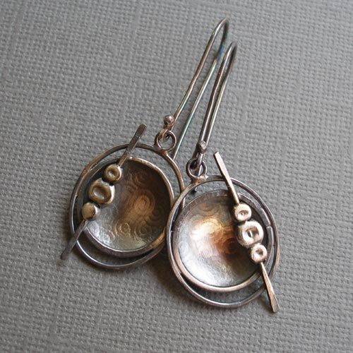 Delikatne i stosunkowo lekkie kolczyki. Wykonane od podstaw r?cznie z fakturowanego, oksydowanego na kolor grafitowy i przetartego srebra pr. 925. D?ugo?? ok. 5,3 cm.