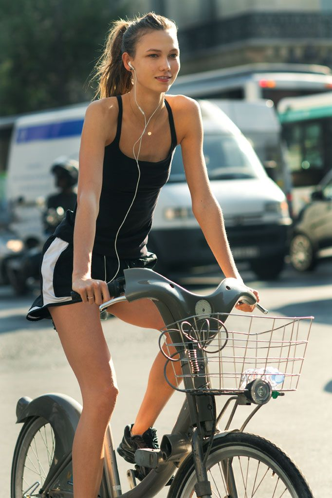Celebrities on Bikes: Another shot of Karlie Kloss while she was out cycling in her workout clothes