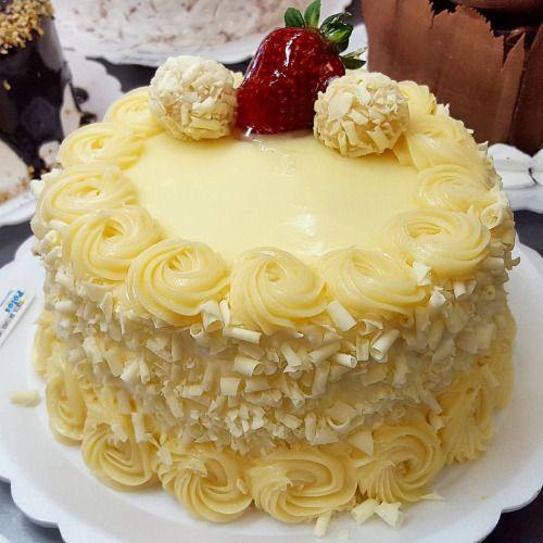 Torta brigadeiro branco #confeitariapolos #goiania (em Polos Pães e Doces)