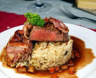 Rinderfilet im Speckmantel auf Steinpilzrisotto und Rotweinjus
