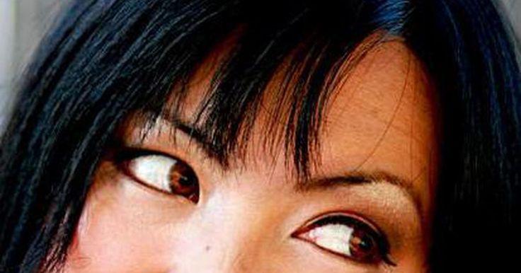 Cómo quitar los lentes de contacto atascados. Si te quedas dormido con las lentes de contacto colocadas, aunque sea por una breve siesta, es posible que al menos uno de ellas se quede atascada de manera molesta al globo ocular. Esto ocurre si estás deshidratado o tienes los ojos secos, así que no vayas a la cama con las lentes de contacto en caso de que estés en estas condiciones o si las ...