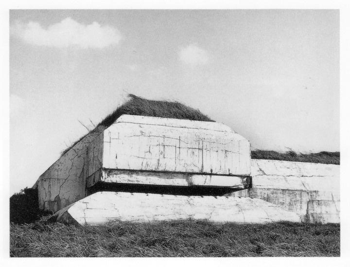 Paul Virilio, Bunker Archeology, observatiepost met afgevlakte hoeken.